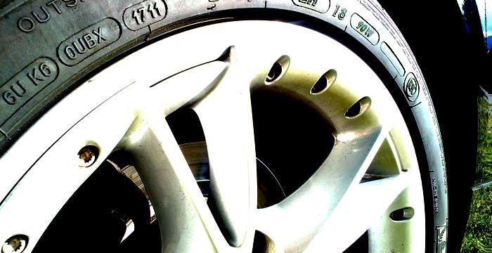 ¿Sabes cómo evitar riesgos con tus neumáticos en verano?