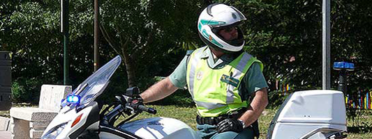 Agente de la Guardia Civil de Tráfico en moto