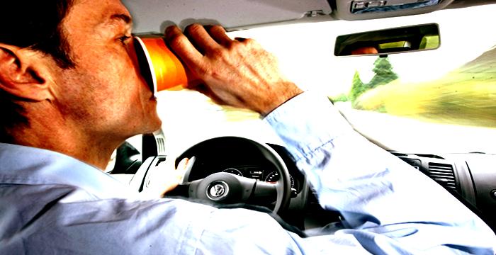 ¿Se puede beber mientras se conduce?