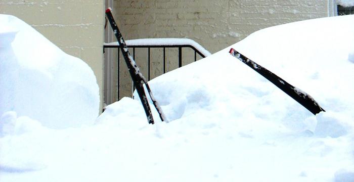 ¿Por qué es recomendable dejar levantados los limpiaparabrisas del coche si existe riesgo de nevada o hielo o un descenso brusco de las temperaturas?