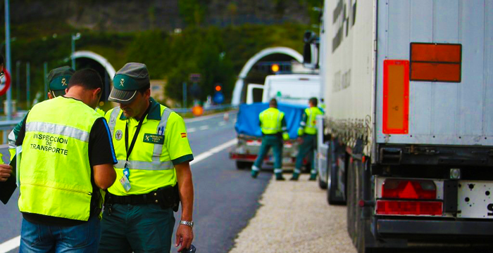 Radares, inspecciones y trasvase a otras vías mejor equipadas, las principales medidas de la DGT para reducir los accidentes de tráfico de furgonetas, camiones y autobuses.