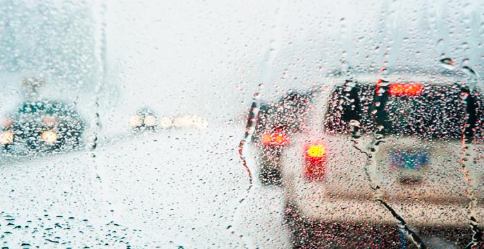 ¿Me pueden multar por conducir con las escobillas estropeadas un día de lluvia?