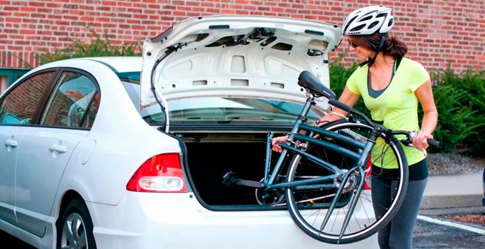 ¿Puedo transportar la bicicleta, la tabla de snow o los esquís en el coche?