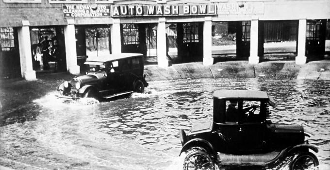El primer lavado de coches de la historia, en 1924, en Chicago, una plaza llena de agua