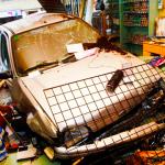 Conductora novel y ebria golpea un coche, se da a la fuga… ¡y se empotra contra una zapatería!