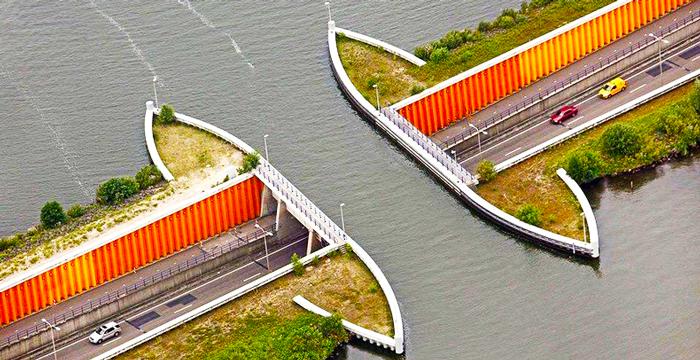 ¿Por dónde circulan los coches en el acueducto de Veluwemeer, en Holanda?