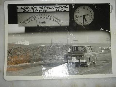 Una de las fotos de las primeras multas por radar a coches en España, un Renault R8 en Sevilla