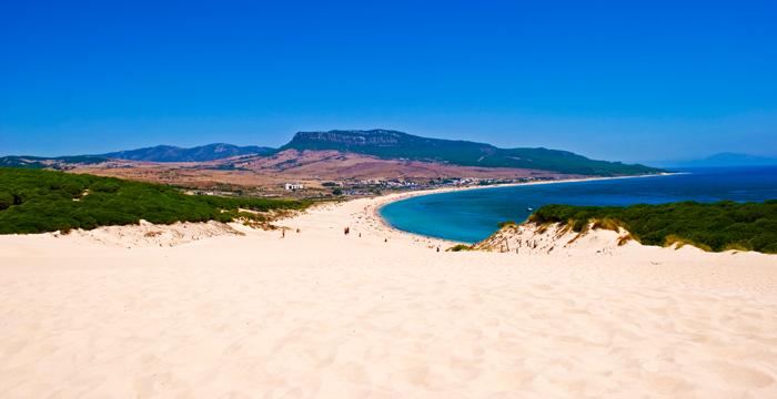 El verano Drive Smart aparca su furgoneta en la playa de Bolonia, en Tarifa, Cádiz