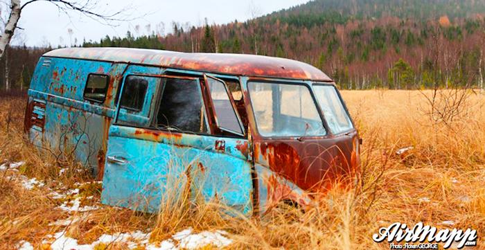 Oxidada y olvidada: así estaba la Volkswagen T1 abandonada en un pantano en Suecia
