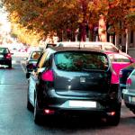 ¿Me pueden multar por aparcar en doble fila si me quedo dentro del coche?