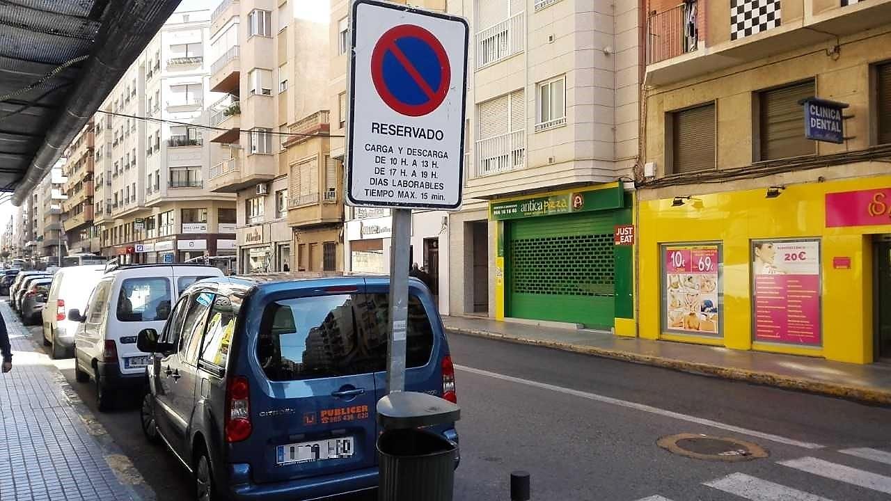 ¿Puede un comercial aparcar un vehículo privado en carga y descarga?
