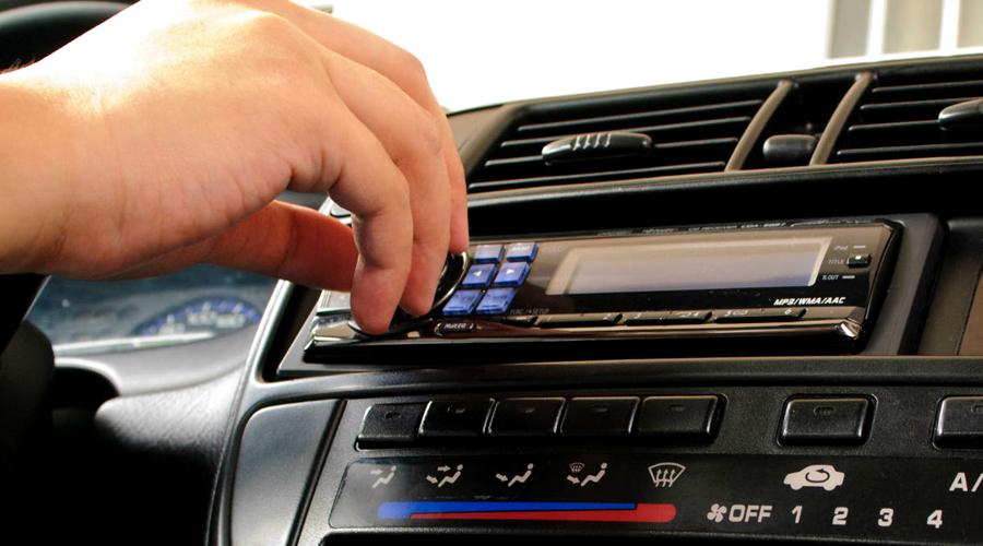 ¿Por qué los conductores apagamos la radio al aparcar?