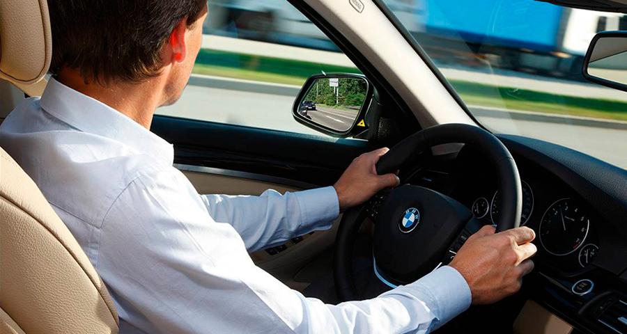 ¿Me pueden multar por conducir un coche automático con la pierna izquierda escayolada?