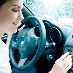 ¿Me pueden multar si llevo la música alta en mi coche?