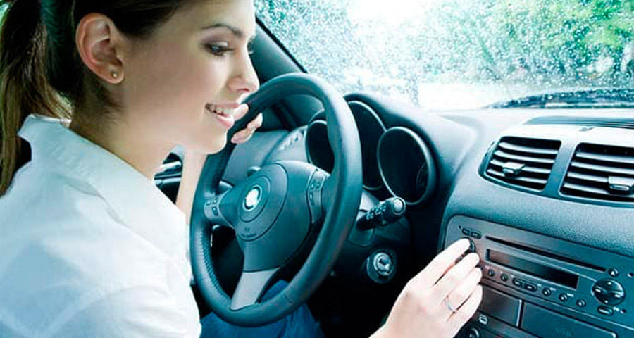 ¿Me pueden multar por conducir con la música alta?