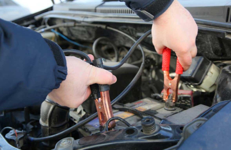 Cómo arrancar el coche con las pinzas