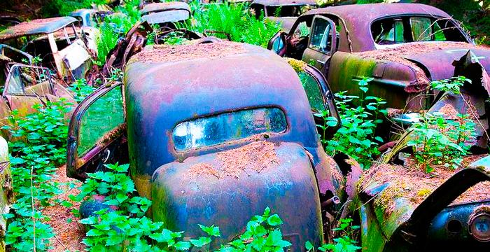 Coches abandonados en el cementerio de Chatillon
